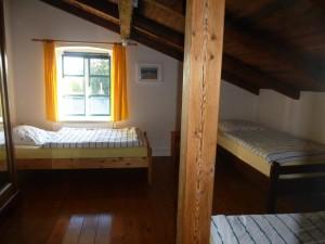 zweites Schlafzimmer mit drei Einzelbetten